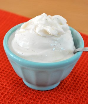 Homemade Frozen Greek Yogurt 1/4 cup water 2/3 cup sugar 2 large egg whites, room temperature 3 1/2 cups (g) plain Greek-style yogurt, cold (full or nonfat) 2 tsp vanilla extract. In a small saucepan, combine water and sugar. Bring to a boil over medium-high heat. When sugar comes to a full boil, continue to boil for about 1 1/2 minutes.